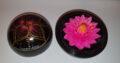 2 Dosen aus Mangoholz mit geschnitzter Seifenblume und Deckel